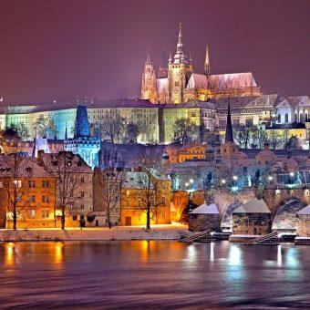 Praga — miasto urokliwych mostówna Wełtawie